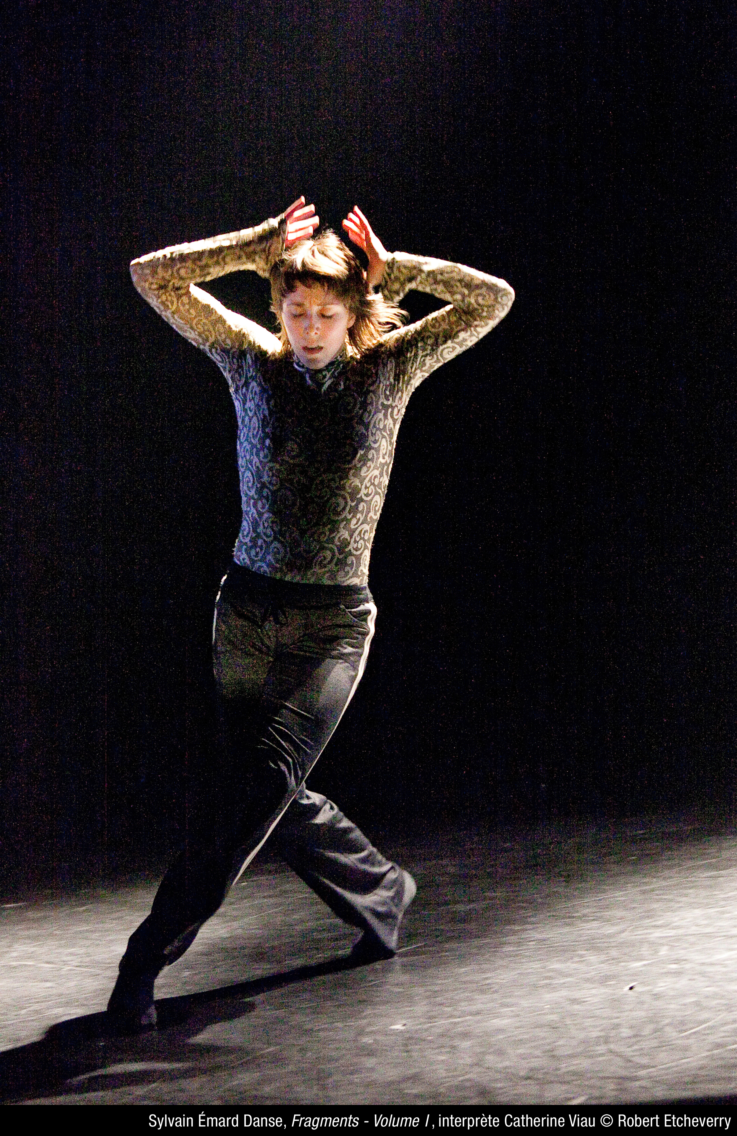 Catherine Viau dans Fragments - Volume 1 par Sylvain Émard. Photo: Robert Etcheverry. Source: Sylvain Émard Danse.